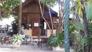 Restaurante a pocos metros de Playa Grande donde se puede comer o tomar un rico café.
