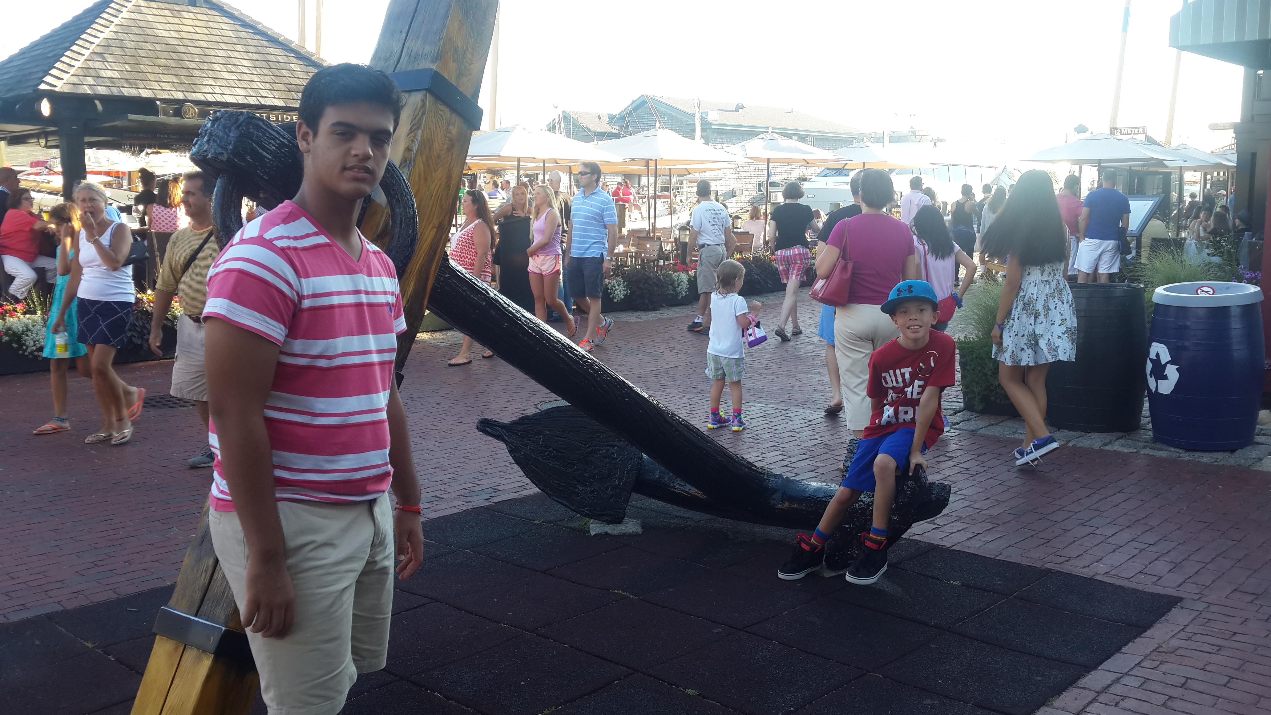 Mi hijo y sobrino en una de las placitas con tiendas y restaurantes cerca de uno de los muelles de Newport