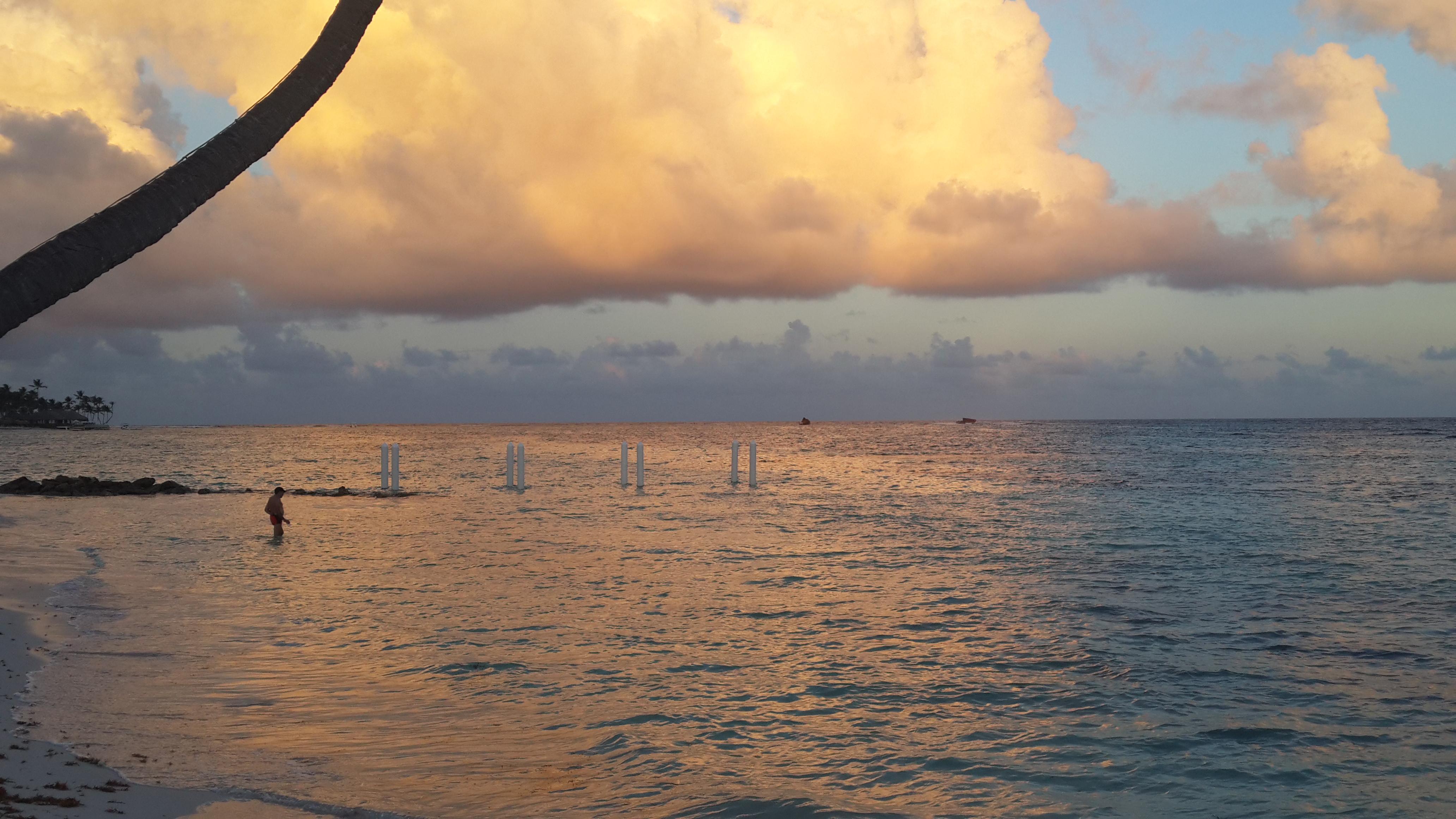 Atardecer en Punta Cana. Nuestro país también disfruta de bellos matices en sus atardeceres de otoño.