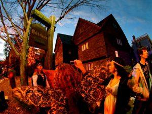 Ambientación en Salem celebrando Halloween