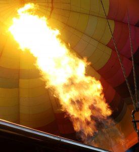Encendiendo la llama del globo aerostático para el despegue.