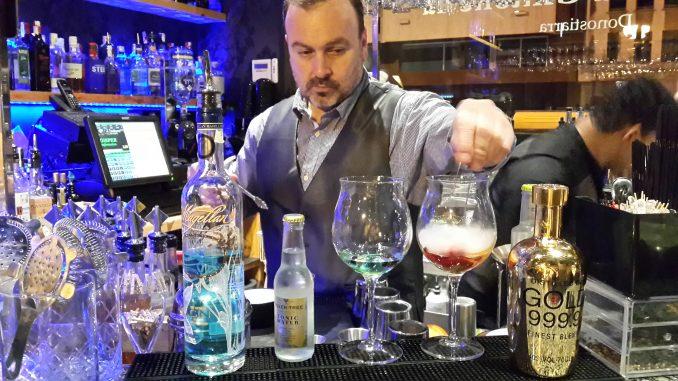 Txema, bartender y propietario de La Gintonería en San Sebastián.