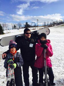 Mi hermano, Emmanuel Valdez, con sus hijos Nicole Mariey Boris.