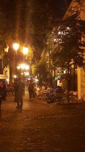 Vista nocturan de Calle El Conde, entre Isabel La Católica y Calle Las Damas