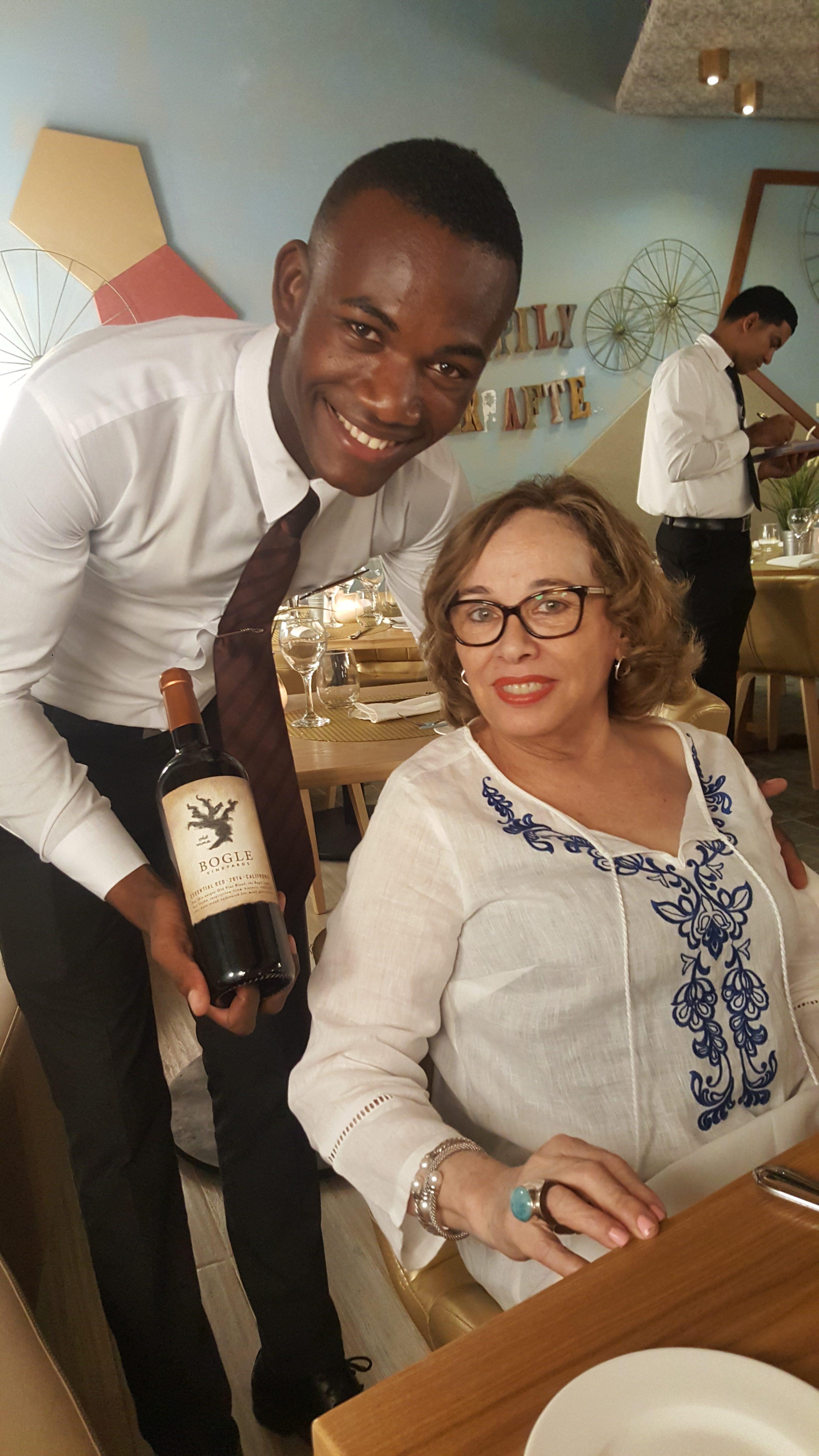 Mi madre y uno de los atentos camareros