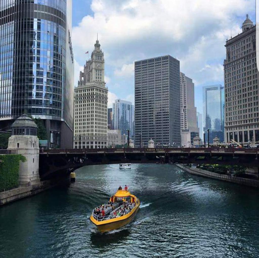 Cortesía de Pedrito Alegría. Bote por el Río Chicago en las cercanías del Downtown